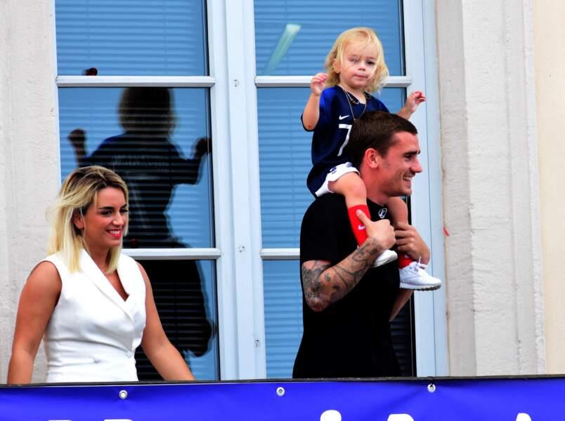 Antoine Griezmann, sa femme Erika Choperena et leur fille Mia à Mâcon le 20 juillet 2018.