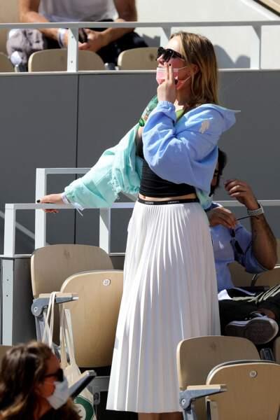Chloé Jouannet porte un coupe vent bicolore zippé signé Lacoste à 220€