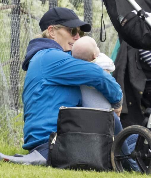 Après avoir promené ses chevaux, Zara Tindall s'est offert une pause câlin avec le petit Lucas.