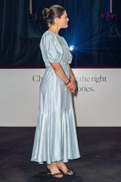 La princesse Victoria de Suède en robe midi pastel & Other Stories (98€ environs) et des sandales H&M (à 24€ environs)