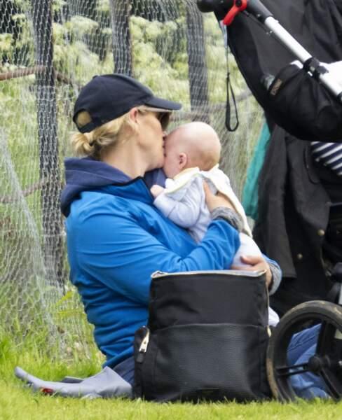 Lorsqu'elle n'était pas en train de s'occuper des chevaux, Zara Tindall a également pouponné son cadet.