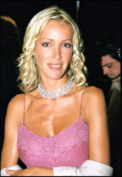 Ophélie Winter en 2000 à Cannes avec un carré effilé et un blond platine