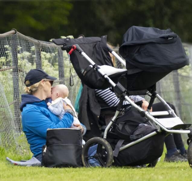 Zara Tindall a été photographiée avec son dernier enfant, le petit Lucas, qui a fêté ses deux mois le 21 mai dernier.