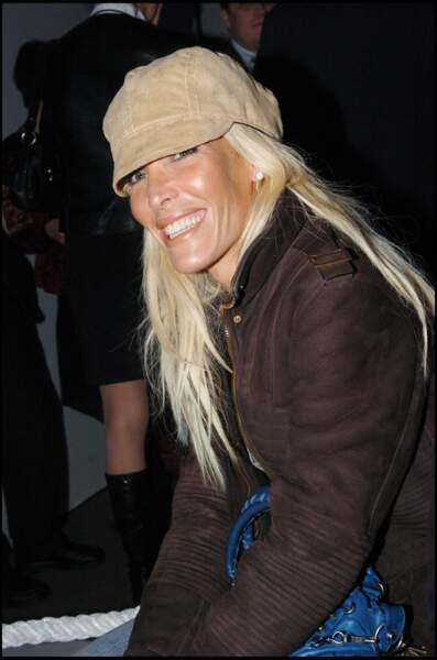 Ophélie Winter les cheveux longs grâce à des extensions et blonds platine