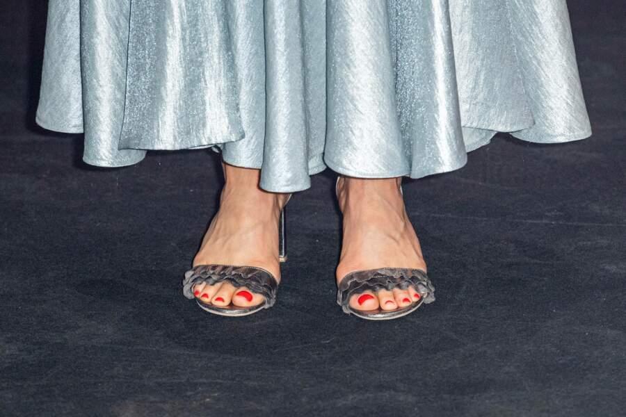 Victoria de Suède accessoirise sa robe pastel d'une paire de sandales à talons argentés H&M