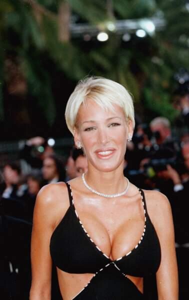 Ophélie Winter à Cannes en 1997 avec sa coupe au bol et son blond platine