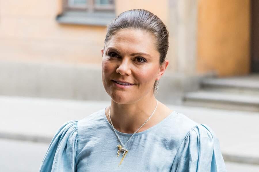 La princesse Victoria de Suède porte un collier à l'effigie du cheval de Fifi Brindacier, le 31 mai 2021.