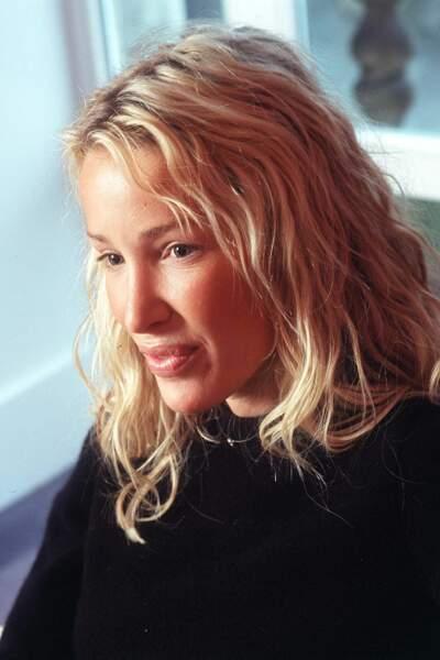 Ophélie Winter revient aux cheveux longs avec un blond doré et des cheveux odulés
