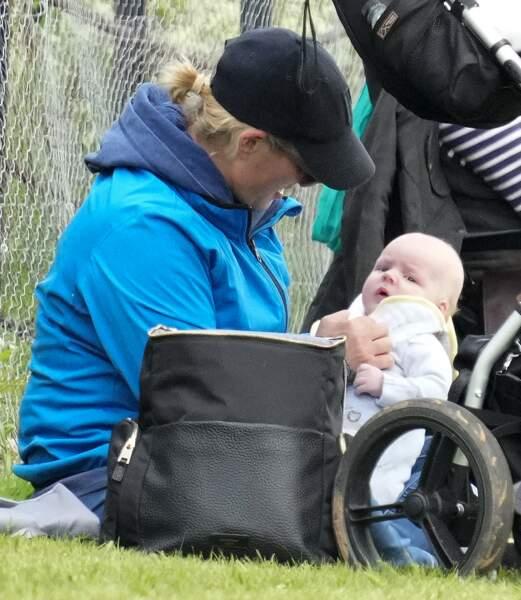 Zara Tindall a profité de cette nouvelle sortie dans le Norfolk pour présenter officiellement son fils Lucas, né en mars dernier.