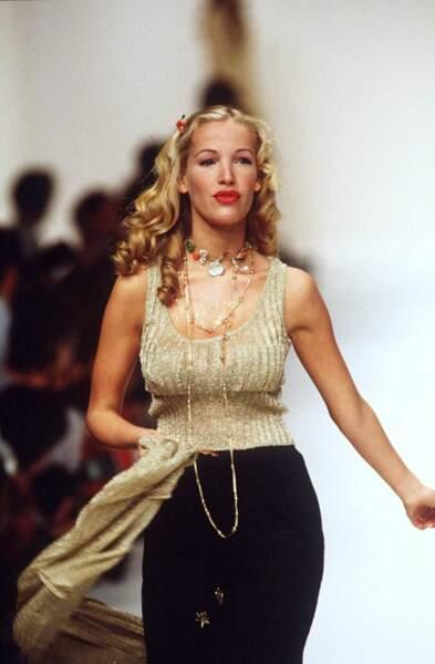 Ophélie Winter en 1995 avec des boucles anglaises