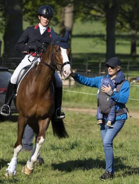 En grande professionnelle, Zara Tindall avait un oeil sur ses chevaux et un autre sur son fils, ce samedi 29 mai, dans le Norfolk.