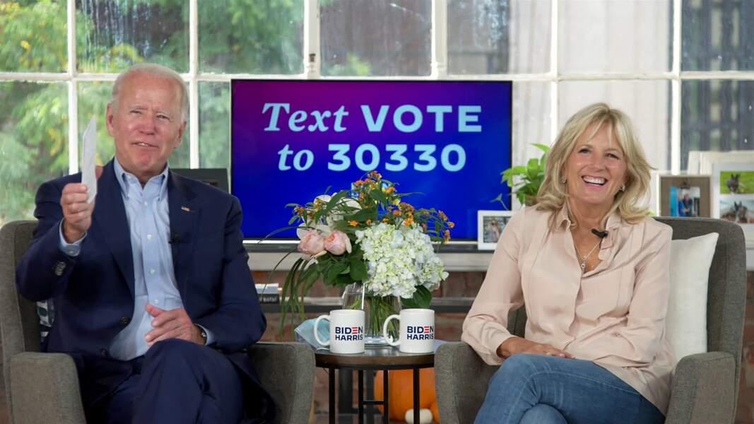 Jill Biden décontractée en chemisier fluide et jean