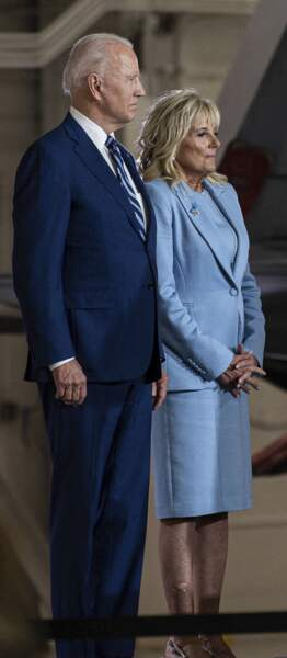 Jill Biden en tailleur uni et jupe courte