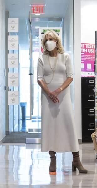 Total look blanc tendance pour Jill Biden à 70 ans avec une paire de boots, la bonne association.