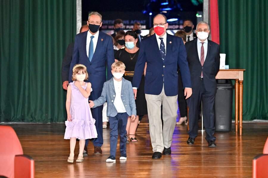 Le prince Albert II de Monaco et ses enfants, Jacques et Gabriella, accompagnés par M. Calcagno, le directeur du Musée, Alexandra Valetta-Ardisson, la député des Alpes-Maritimes, et M. Laurent Stefanini, l'ambassadeur de France à Monaco, au musée océanographique, le 1er juin 2021