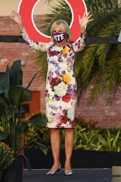 Jill Biden mise aussi sur les robes droites (comme cette tenue Oscar de la Renta), le 5 octobre 2020.