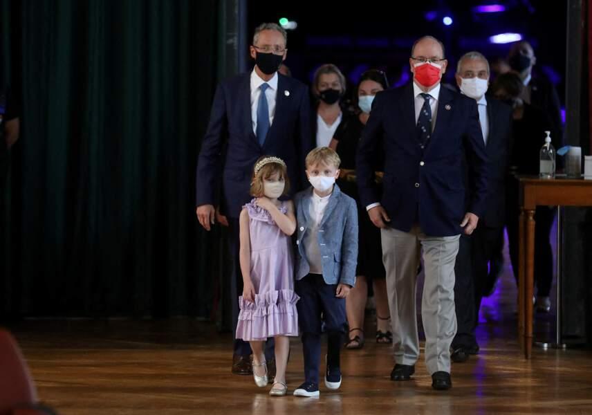 Le prince Albert II de Monaco, le prince Jacques de Monaco et la princesse Gabriella de Monaco accueillent les enfants d'une classe de CM2, sinistrés de la tempête Alex dans vallée de la Roya, au musée océanographique à Monaco, le 1er juin 2021.