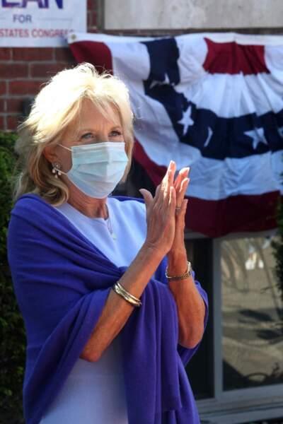 Jill Biden accessoirise toujours se ses tenues de nombreux bijoux, toujours en or jaune : bracelets bijoux, collier...