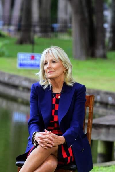 Jill Biden dynamise ses looks avec de la couleur tout en respectant la règle des modeuses : pas plus de trois teintes différentes. Le compte est bon e septembre 2020 !