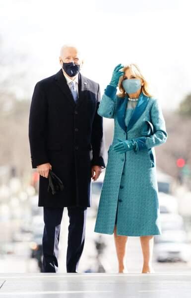 Jill Biden aime les coupes midi et la couleur comme cette tenue faite pour elle lors de la cérémonie d'investiture en janvier 2020