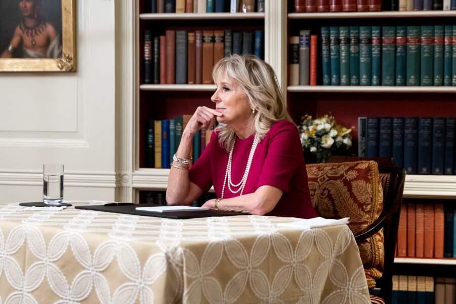 Jill Biden en robe fuchsia et longs sautoirs : l'optimisme via des tenues colorées
