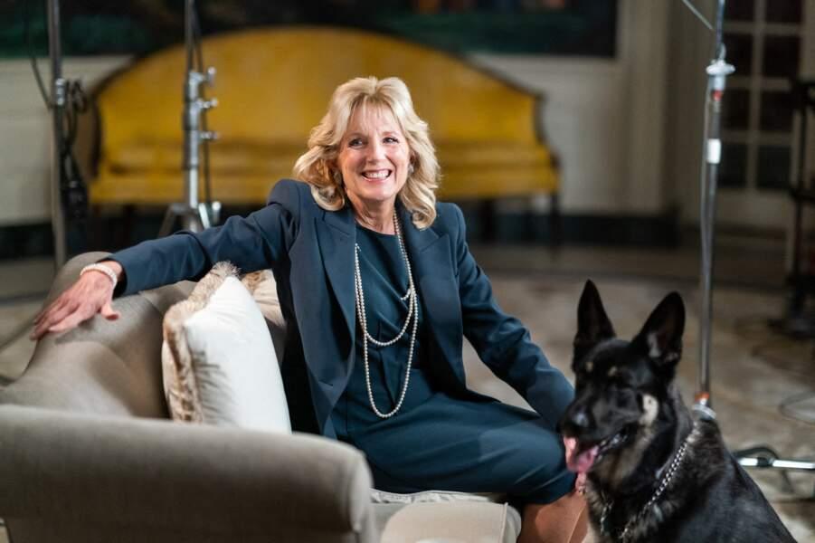 Jill Biden privilégie les robes droites et les matières fluides, qu'elle accompagne parfois d'une veste et d'accumulation de sautoirs.