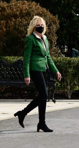 Jill Biden : veste cintrée, jean et bottines noires = le bon combo