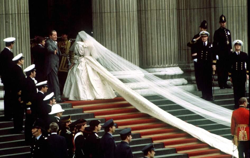 La traine incroyable de la princesse Diana doublée de son voile, lors du mariage de Lady Di et le prince Charles le 29 juillet 1981.
