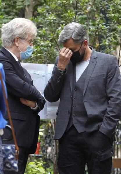 Olivier Minne a été aperçu le visage fermé, gagné par l'émotion, lors des obsèques de la speakerine Jacqueline Caurat, en l'église Notre-Dame de l'Assomption de Passy, à Paris, le 2 juin 2021.