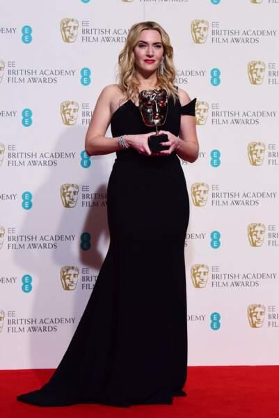 Kate Winslet en 2016 : cheveux longs blonds et ondulés et robe longue noire