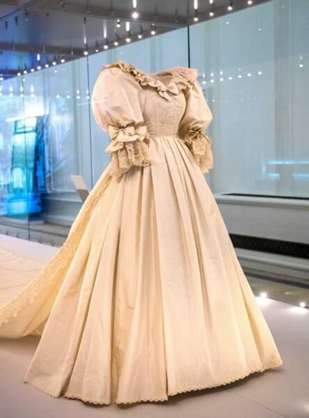 La robe de mariée de Lady Diana est faite de dentelle, de taffetas, de soie, de broderies et plus de 10 000 sequins.