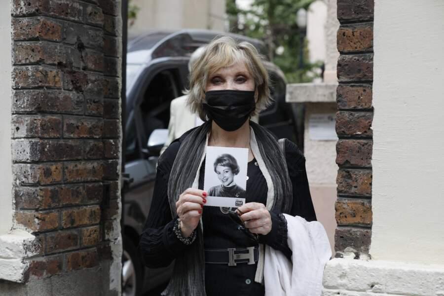 Sophie Darel a arboré une photo de l'ancienne speakerine Jacqueline Caurat lors des obsèques de cette dernière, célébrées en l'église Notre-Dame de l'Assomption de Passy, à Paris, le 2 juin 2021.