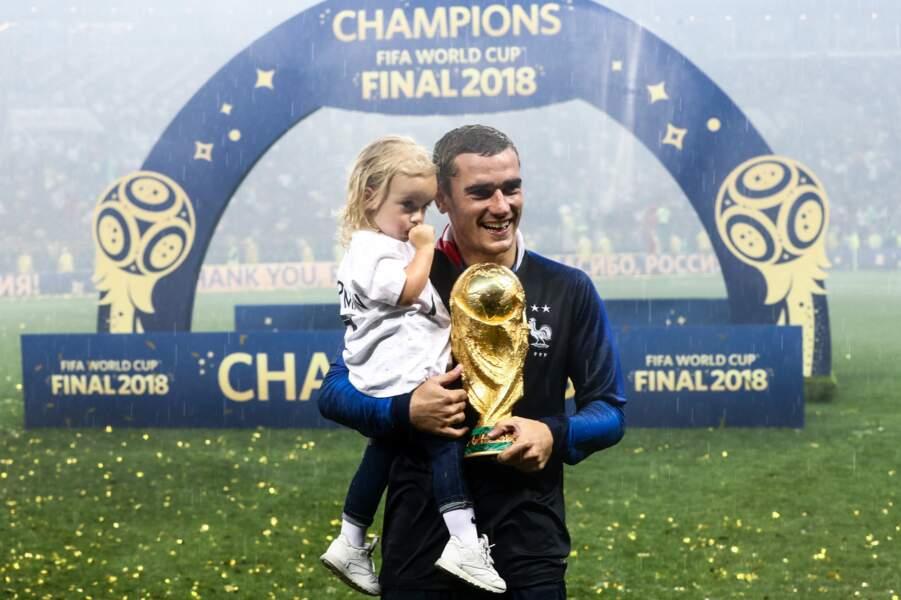 Antoine Griezmann avec la coupe du monde et sa fille Mia en 2018.