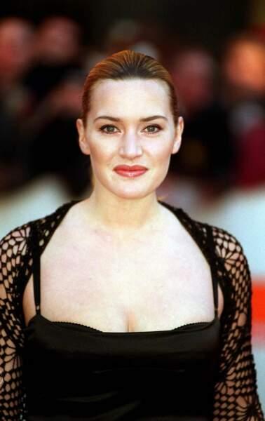 Kate Winslet en 2001 : chignon plaqué en arrière et robe décolletée