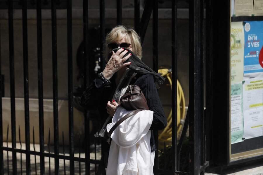 Sophie Darel avait le visage masqué grâce à un foulard et d'imposantes lunettes de soleil lors des obsèques de Jacqueline Caurat, célébrées en l'église Notre-Dame de l'Assomption de Passy, à Paris, le 2 juin 2021.