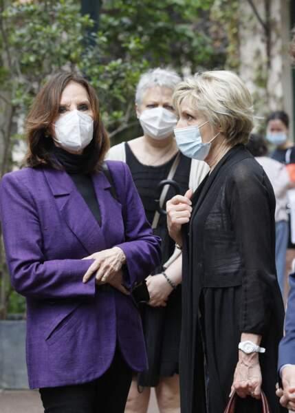 Denise Fabre s'est entretenue avec Évelyne Dhéliat lors des obsèques de la speakerine Jacqueline Caurat, en l'église Notre-Dame de l'Assomption de Passy, à Paris, le 2 juin 2021.