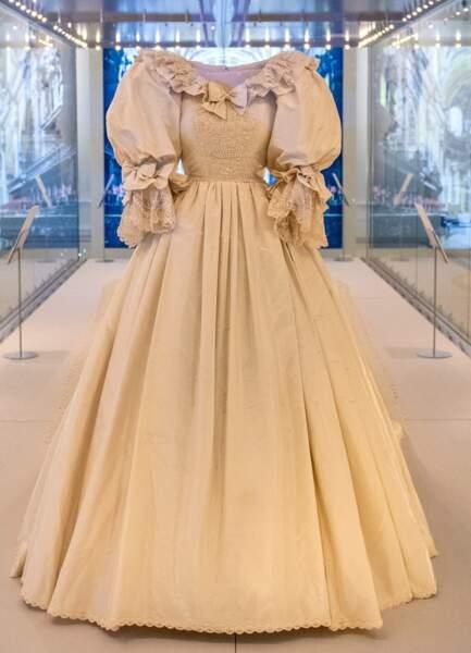 La robe de mariée de Lady Diana : manches ballons, taille fine, jupon volumineux et la traine la plus longue de l'histoire : plus de 7,60 mètres !