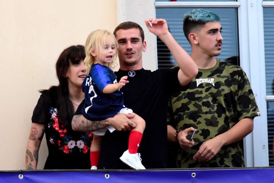 Antoine Griezmann avec sa fille Mia dans ses bras, son frère Théo et sa soeur Maud en juillet 2018
