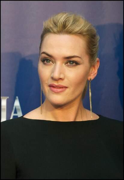Kate Winslet en 2011 : chignon chic et boucles d'oreilles élégantes