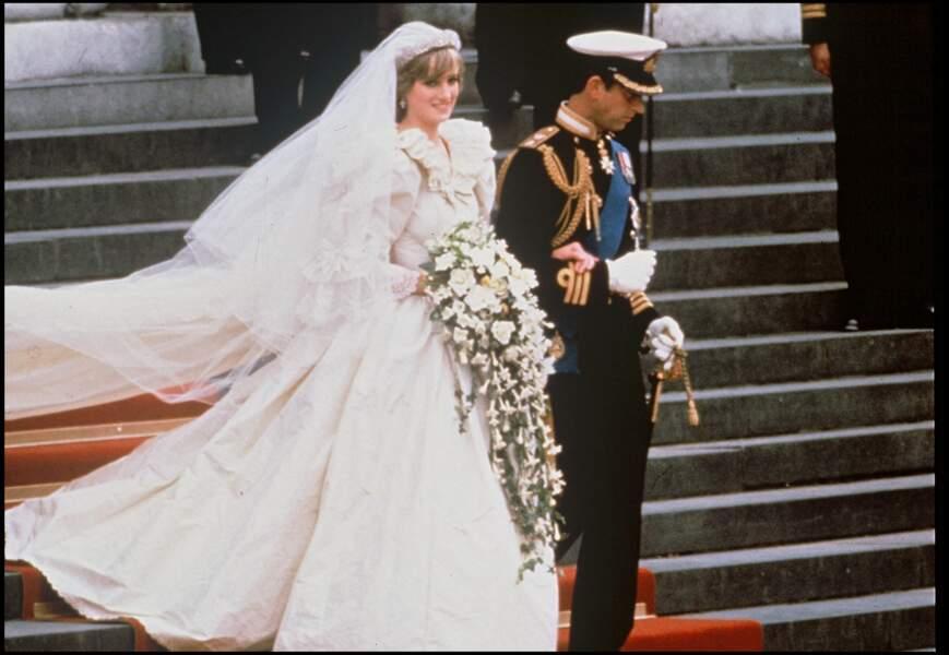 La princesse Diana a choisi elle-même le jeune couple de créateurs (David et Elizabeth Emmanuel) qui a réalisé sa robe de mariée.