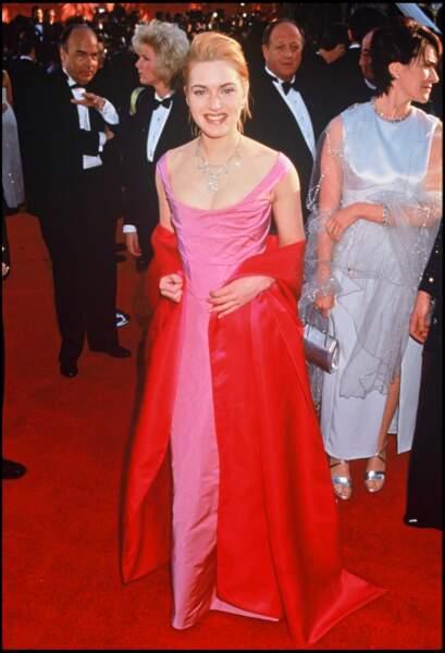Kate Winslet en 1996 : chignon et robe bustier aux Oscar