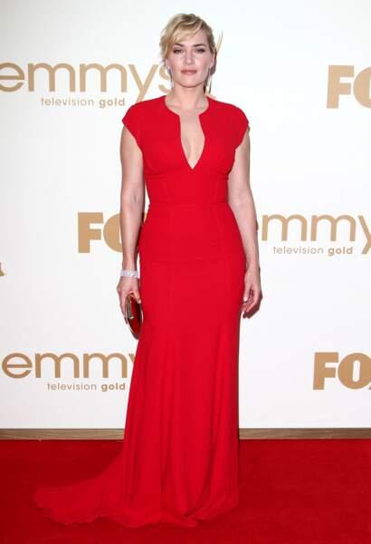 Kate Winslet en 2011 : robe rouge longue, décolleté en V et chignon wavy