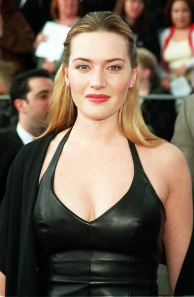 Kate Winslet en 2001 : robe en cuir et demi-queue de cheval