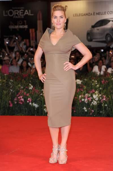 Kate Winslet en 2011 : chignon et coque et robe midi originale à la Mostra de Venise