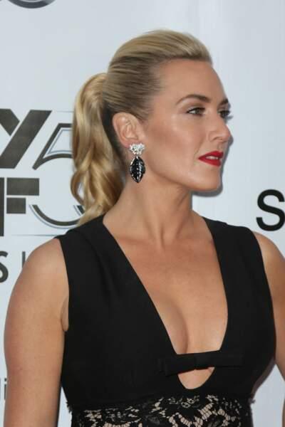 Kate Winslet en 2015 : maquillage hollywoodien, queue de cheval blonde et décolleté original