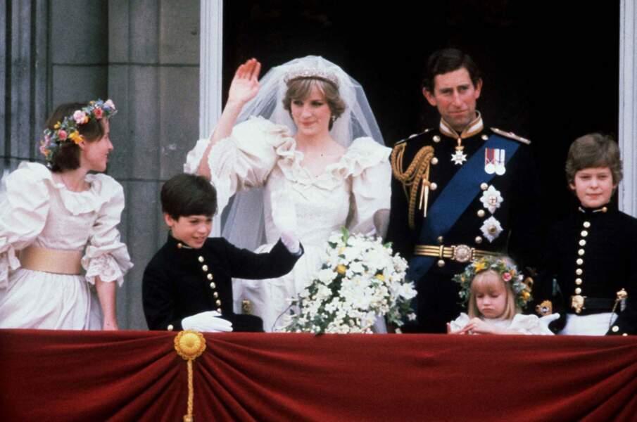 La La robe de mariée de Lady Diana est signée des couturiers David et Elizabeth Emanuel.