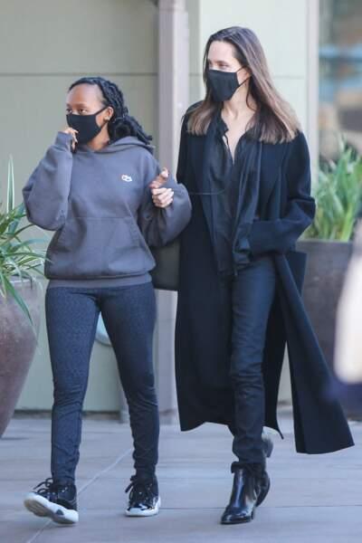 Angelina Jolie en janvier 2021 : total look noir et cheveux longs lachés avec sa fille Zahara