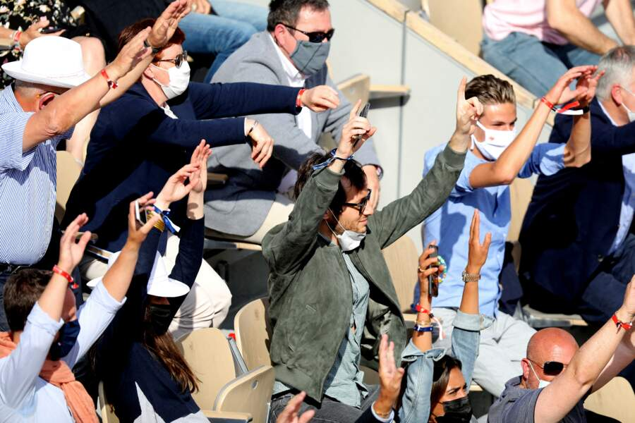 L'ambiance de Roland-Garros envahit les tribunes.
