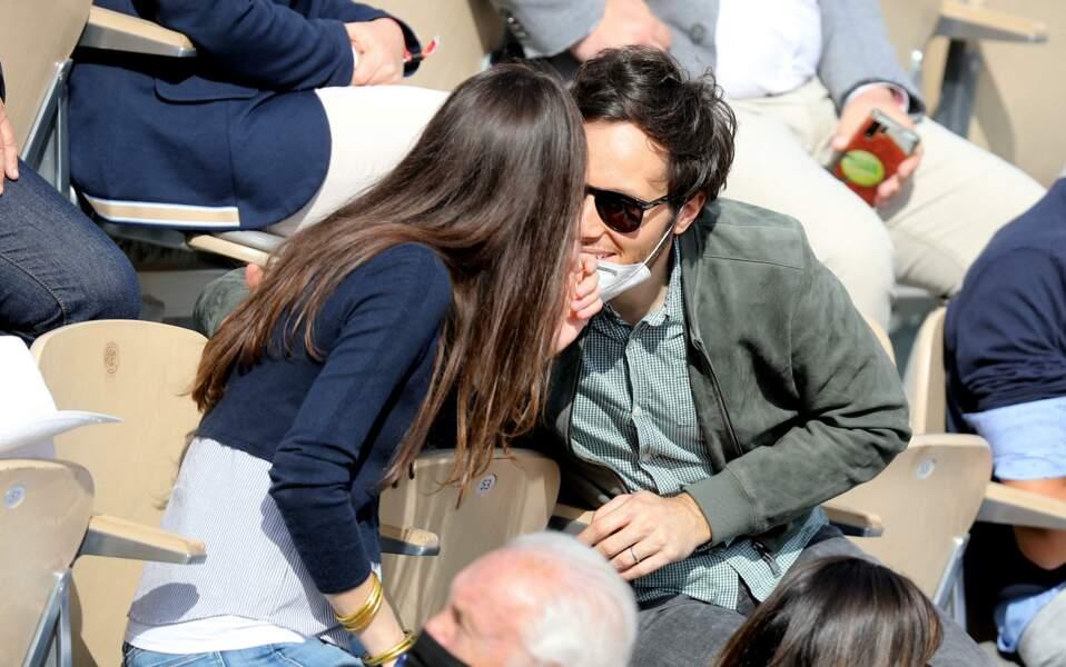 Entre mains dans les cheveux, petits regards amoureux et sourire, le couple semblait très amoureux.