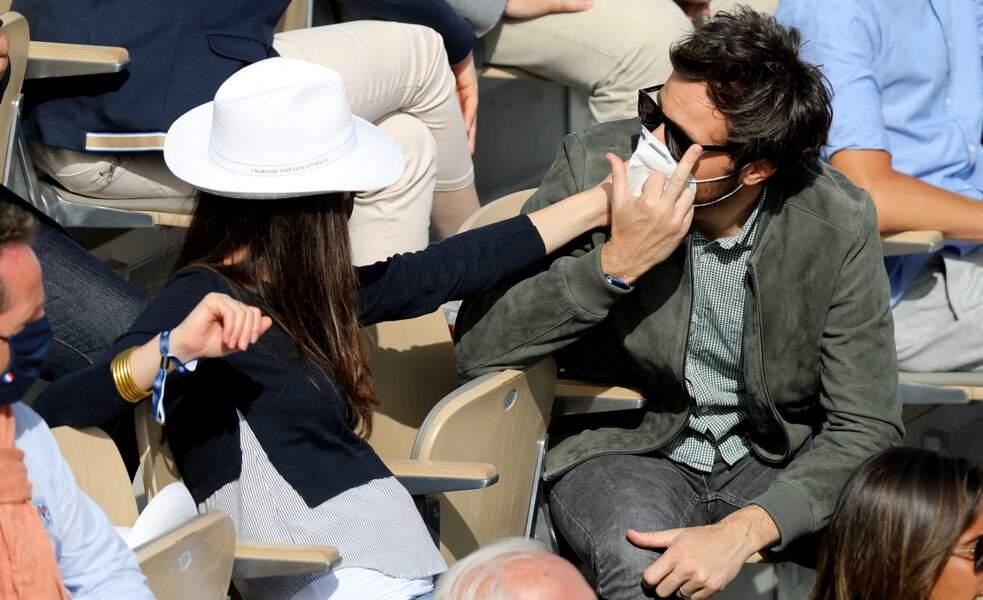 Lunettes de soleil et chapeau, la vie est belle à Roland-Garros.